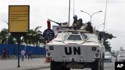 Soldats jordaniens des Nations Unies en voiture dans un véhicule blindé, à Abidjan, Côte-d'Ivoire le 1er mars 2011.