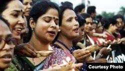 Para aktivis hak-hak perempuan India menggelar doa bersama (Foto: dok). Ibu dari korban perkosaan di India menuntut hukuman mati bagi para tersangka pelaku pemerkosaan dalam bis di New Delhi yang menewaskan putrinya yang berusia 23 tahun.