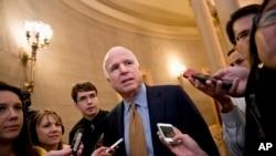 Thượng nghị sĩ John McCain nói chuyện với các nhà báo tại trụ sở Quốc hội ở Washington