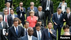 German Chancellor Angela Merkel (C) and U.S. President Barack Obama arrive with other G7 participants for a family picture at the G7 summit at the Elmau castle in Kruen near Garmisch-Partenkirchen, Germany, June 8, 2015. (REUTERS/Christian Hartmann)