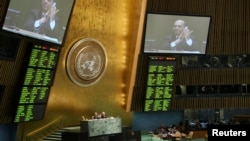 Dalam foto tertanggal 2/4/2013 ini para delegasi PBB menyambut disahkannya traktat PBB mengenai perdagangan senjata konvensional di markas PBB New York.