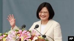 Presiden Taiwan Tsai Ing-wen melambaikan tangannya saat berpidato dalam upacara pelantikannya di Taipei (20/5). (AP/Chiang Ying-ying)