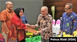 Wiratno, Dirjen Konservasi Sumber Daya Alam dan Ekosistem (KSDAE) KLHK (kanan), menyerahkan SK Izin Lembaga Konservasi untuk Kebun Binatang Surabaya kepada Wali Kota Surabaya Tri Rismaharini di Surabaya, 24 Mei 2019. (Foto: Petrus Riski/VOA)