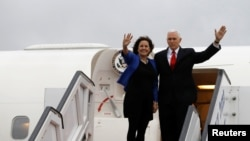 Phó TT Mike Pence và phu nhân, Karen, trước khi rời phi trường quốc tế Ben Gurion, gần Tel Aviv, Israel, ngày 23/1/2018.