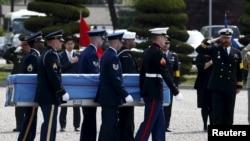 联合国军司令部的仪仗队在韩国首尔举行的仪式中抬着装有联合国军人遗骨的箱子,那些军人在1950年至1953年的朝鲜战争中丧生 (2016年4月28日)。