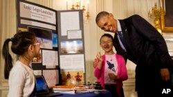 El gobierno de Obama anunció una serie de iniciativas para promover y facilitar el acceso de los estudiantes a programas de ciencia y tecnología en las escuelas.