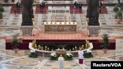 """教宗方濟各改在聖伯多祿大教堂裡發表""""致全城與全球""""文告。"""