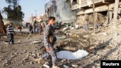 基尔库克保安部队检查汽车炸弹爆炸现场