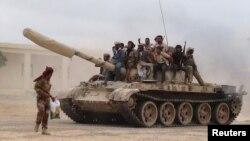 Pasukan yang setia kepada Presiden Yaman Abd-Rabbu Mansour Hadi memindahkan tank dari pangkalan udara al-Anad di provinsi Lahej, 24 Maret 2015 (REUTERS/Stringer)