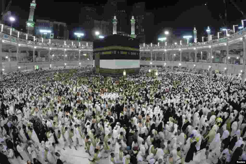 جمعہ کی صبح ہر سال کی طرح نو ذوالحجہ کو مسجد حرام میں غلاف کعبہ کو تبدیل کیا گیا۔