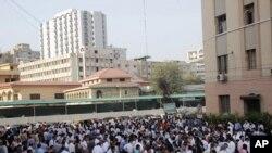 2013年9月24日巴基斯坦发生地震时人们从家中或办公室出到大街上.