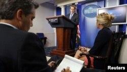 白宮新聞秘書卡尼(中)8月27日在白宮舉行的記者會上回答問題。
