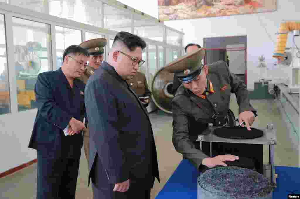 북한의 김정은 국무위원장이 ICBM 소재를 개발·생산하는 국방과학원 화학재료연구소를 방문해 안내원의 설명을 듣고 있다.
