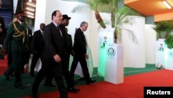 Shugaba Francois Hollande na Faransa da shugaba Goodluck Jonathan na Najeriya a zauren taron kasa da kasa na Abuja