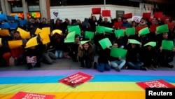 Des manifestants à Madrid, l'une des villes où les protestataires ont milité contre la loi russe « anti-gay » mercredi