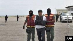 """Nghi can buôn lậu ma túy Jaime Alberto Marin, giữa, còn gọi là """"Beto Marin"""", bị dẫn độ sang Mỹ tại sân bay Simon Bolivar ở Venezuela, 20/9/2010"""