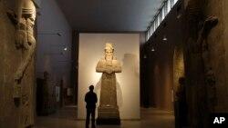 Seorang pengunjung tengah mengamati sebuah patung Assyria (tengah) di Museum Nasional Irak di Baghdad (Foto: dok). ISIS menghancurkan kota Nimrud di Assyria, Kamis (5/3).