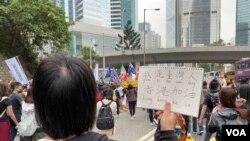 化名T的24歲台灣大學學生到香港參與社福界罷工遊行,認為香港一國兩制已經完全失敗。(美國之音湯惠芸)