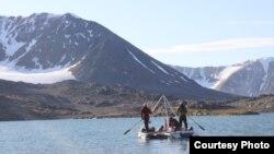 Dengan rakit ini, para ilmuwan dapat mengambil sedimen dari dasar danau Arktik. (Foto: Marthe Gjerde)