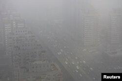Xe cộ lưu thông trên đường phố Bắc Kinh bao phủ bởi khói mù dày đặc.