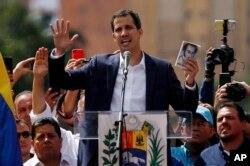 후안 과이도 베네수엘라 국회의장이 지난달 23일 카라카스에서 열린 니콜라스 마두로 베네수엘라 대통령 퇴진 요구 집회에 참석해, 임시 대통령을 선언했다.