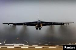 Mỹ từng cho 2 máy bay ném bom B-52 bay qua khu vực phòng không Trung Quốc mới thiết lập tại quần đảo tranh chấp ở Biển Hoa Đông, tháng 11 năm 2013.