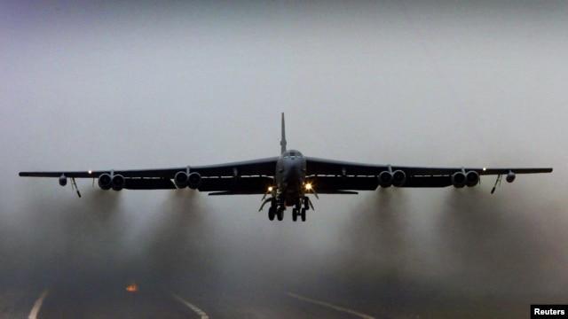 Cả hai loại máy bay ném bom B-2 và B-52 (hình trên) đều có khả năng chở theo vũ khí hạt nhân.