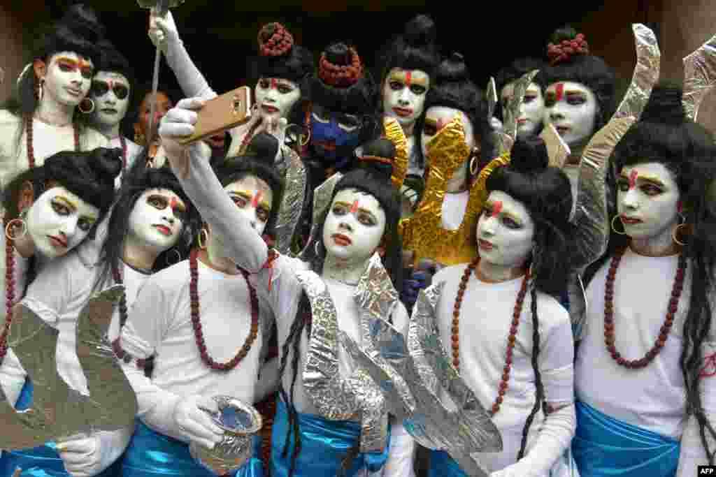 Anak-anak sekolah India berpakaian ala Tuhan Hindu Siwa dan berpose 'selfie' menjelang pertunjukan tahunan sekolah mereka di Amritsar.