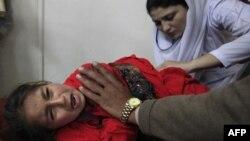 Daha önceki saldırıda yaralanan bir kız çocuğu Peşaver'de tedavi görüyor