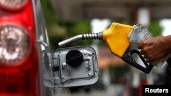 Pemerintahan yang baru, yang akan menjabat Oktober, berencana menaikkan harga-harga BBM sebesar Rp 3.000 per liter pada November.