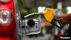 Nhân viên bơm xăng tại một trạm nhiên liệu tại Jakarta. Giới hữu trách Indonesia đã dành khoảng 20 tỷ đôla để trợ giá nhiên liệu trong năm nay, chiếm 15% tổng số ngân sách quốc gia.