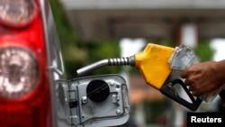 Seorang petugas mengisi tangki dengan BBM bersubsidi di sebuah pom bensin di Jakarta (Foto: dok).