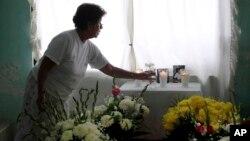 Một người phụ nữ tới viếng nhà báo Juan Mendoza Delgado.