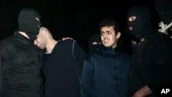 Alireza Mafiha (kedua dari kiri) bersama para algojo, sesaat sebelum menjalani eksekusi hukuman gantung karena menyelundupkan narkoba (foto: dok).