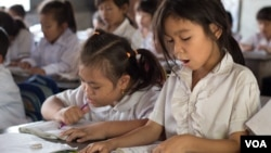 FILE - Primary students are reading during a classroom session at Kesararam primary school, in Siem Reap province, on Friday, March 20, 2015. (Nov Povleakhena/VOA Khmer)