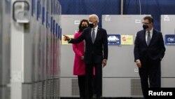 拜登總統參觀輝瑞公司在密歇根州卡拉馬祖的新冠病毒疫苗生產廠。 (2021年2月19日)