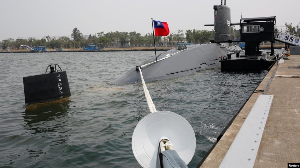 """2017年3月21日,海龙级潜艇在台湾高雄海军基地。新闻评论人士、前美国《防务新闻》周刊驻亚洲记者站主任颜文德认为,高雄海军基地是中国轰-6轰炸机及055型导弹驱逐舰的""""梦中基地""""。"""