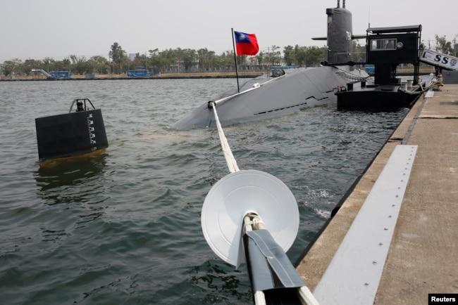 2017年3月21日,台灣高雄海軍基地的海龍級潛艇(SS-794)。