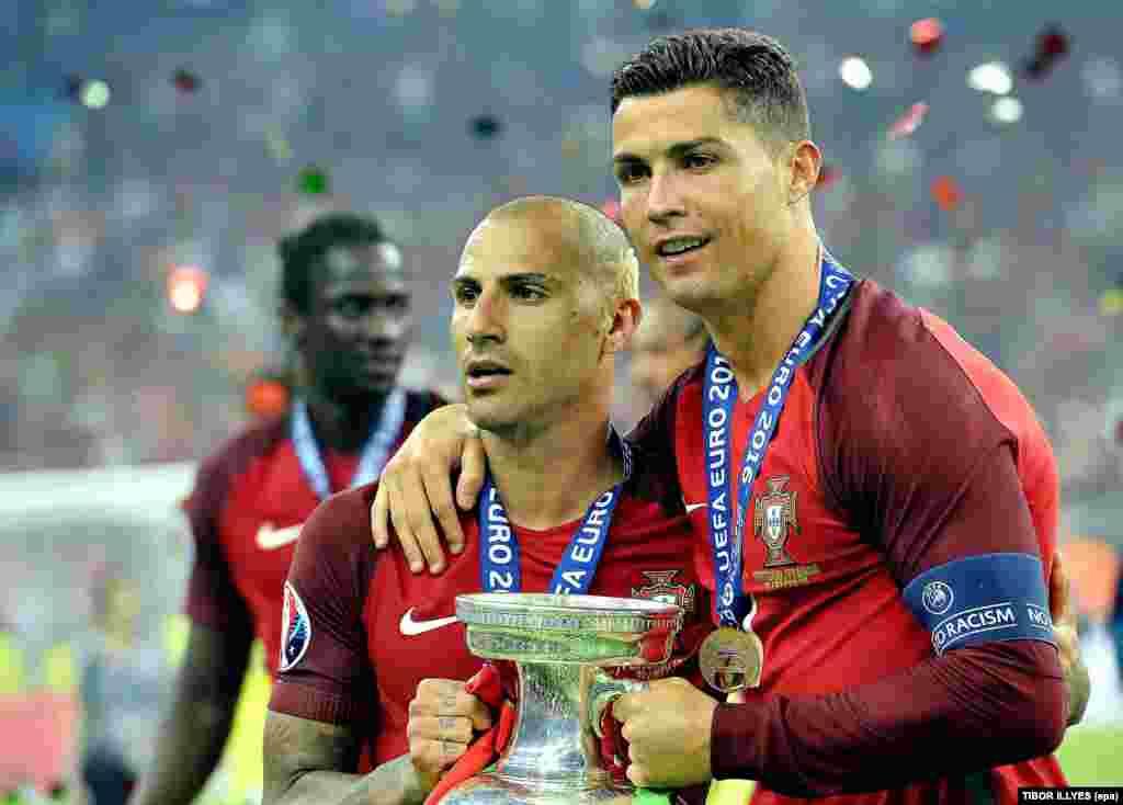 Cristiano Ronaldo e Ricardo Quaresma com a taça de campeão da Europa depois da vitória frente à França. UEFA EURO 2016