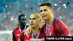 Cristiano Ronaldo et Ricardo Quaresma tenant le trophée de l'Euro 2016 après la finale remportée devant la France au Stade de France le 10 Juillet 2016. (RESTRICTIONS