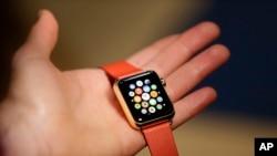 一名女子在3月9日苹果手表发布会后展示限量版苹果表