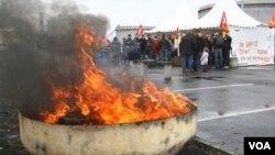 Para pekerja yang mogok memblokir fasilitas penyulingan di kota Donges, Perancis barat Sabtu kemarin.