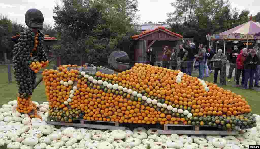 در فستیوال کدوتنبل آلمان، سورتمه ساخته شده از کدوتنبل در این جشنواره با استقبال زیادی روبهرو شد – کلایستف در جنوب شرقی برلن، ۴ آبان ۱۳۹۳