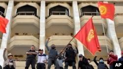 Kırgızistan'da başbakan vekili Sadir Caparov'un destekçileri başkent Bişkek'te gösteri düzenledi.