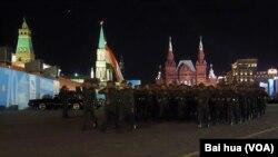 2015年5月紅場閱兵彩排時的塔吉克軍隊。中國軍隊當時也首次參加了紅場閱兵。 (美國之音白樺攝)