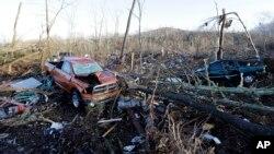Xe cộ và các mảnh vỡ rải rác khắp một khu vực gần Linden, Tennessee hôm 24/12.