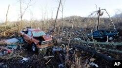 Des véhicules et des débris près de Linden, dans le Tennessee, le 24 décembre 2015. (AP Photo/Mark Humphrey)