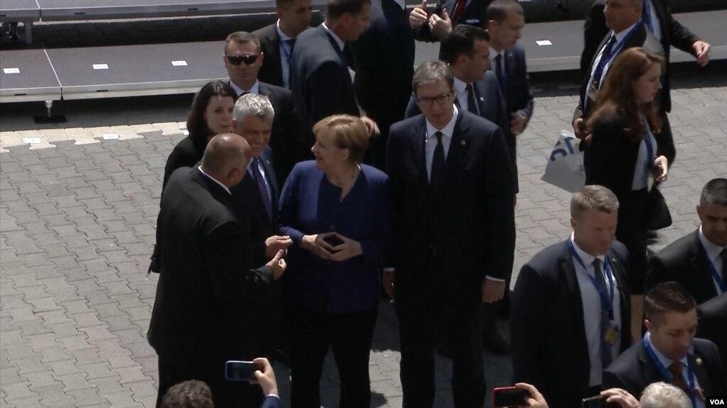 Analistët: Bisedimet Kosovë-Serbi do të jenë të vështira