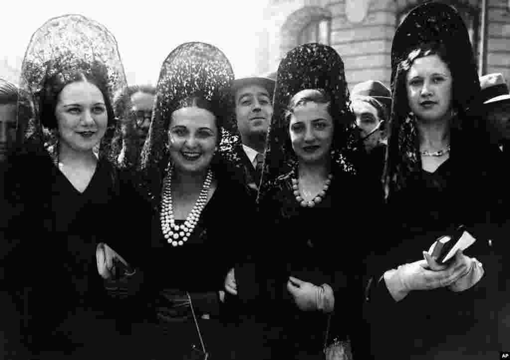 امروز در تاریخ: ۶ آوریل سال ۱۹۳۱ - چهار زن با شالهای سنتی مانتیلای اسپانیا در جشن عید پاک در مادرید.