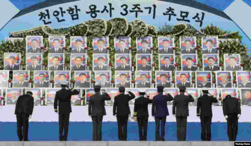 힌극 김관진 국방 장관(가운데) 이 26일 국립대전현충원에서 열린 천안함 용사 3주기 추모식에서 헌화 분향한 뒤 46용사를 위해 거수경례를 하고 있다.